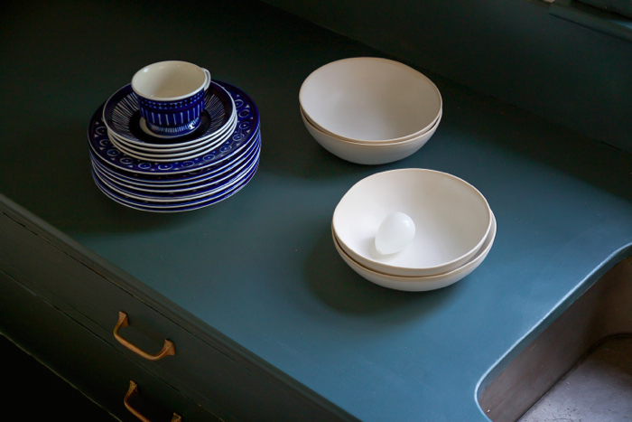 F&B Inchyra Blue pantry, with white bowls